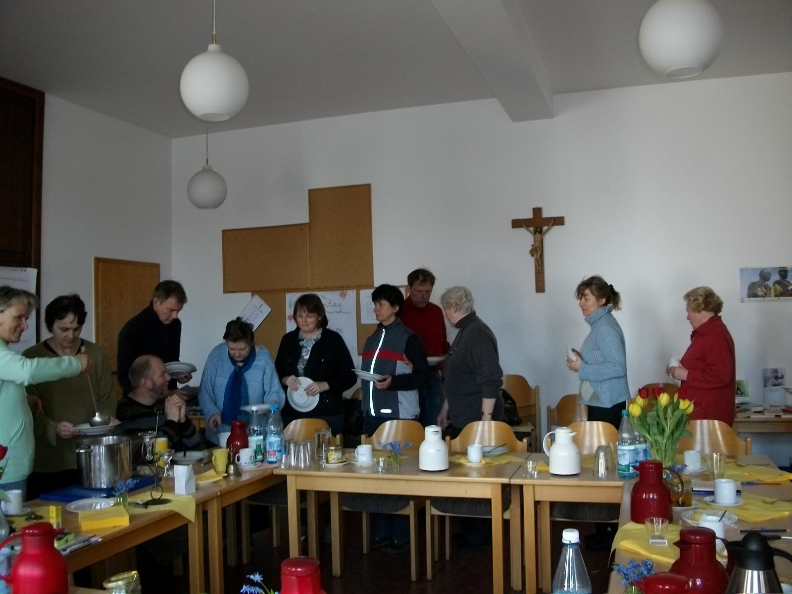 Anstehen zur Fastensuppe